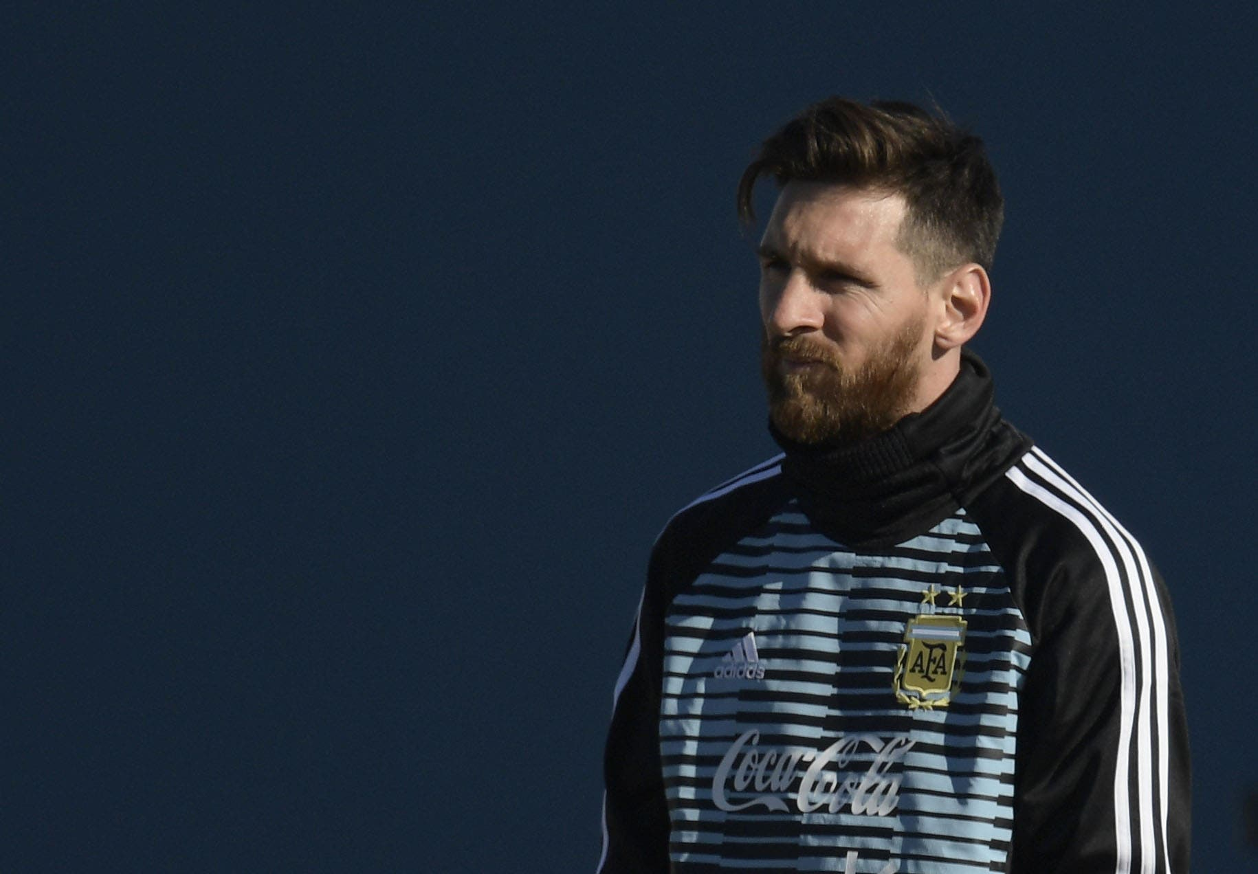 """Argentina's football team forward Lionel Messi (R) is pictured, during a training session in Ezeiza, Buenos Aires on May 22, 2018.  The Argentinian team is training ahead of a friendly match against Haiti to be held on May 29 at """"La Bombonera"""" stadium in Buenos Aires, before departing to Barcelona, to prepare for the upcoming FIFA World Cup 2018 in Russia. / AFP / JUAN MABROMATA"""