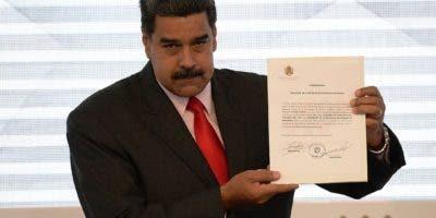 El presidente Nicolás Maduro muestra el documento del Consejo Nacional Electoral que lo proclama como presidente electo para el período 2019-2025.