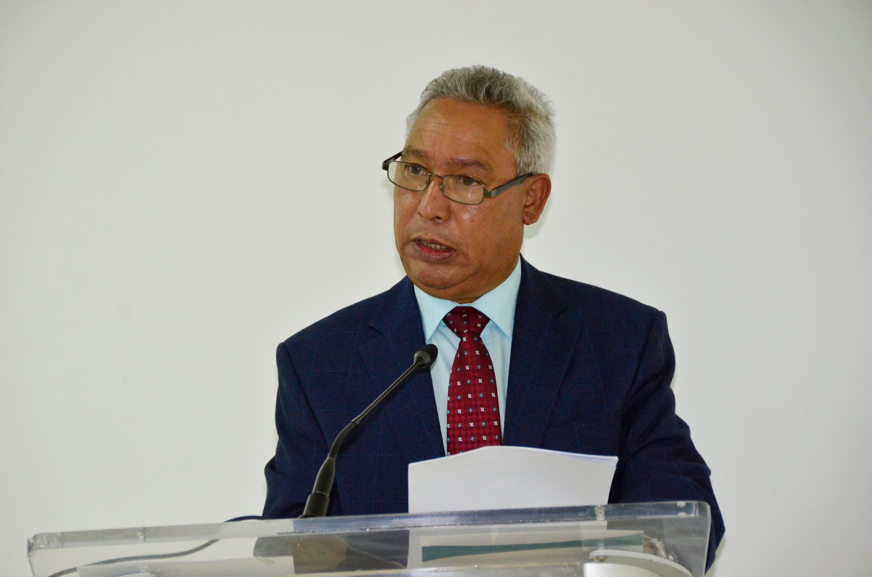 """El ministro Isidoro Santana dicta la conferencia magistral """"Desafíos: Crecimiento económico, reducción de pobreza y regionalización"""" en el edificio Empresarial de Santiago."""