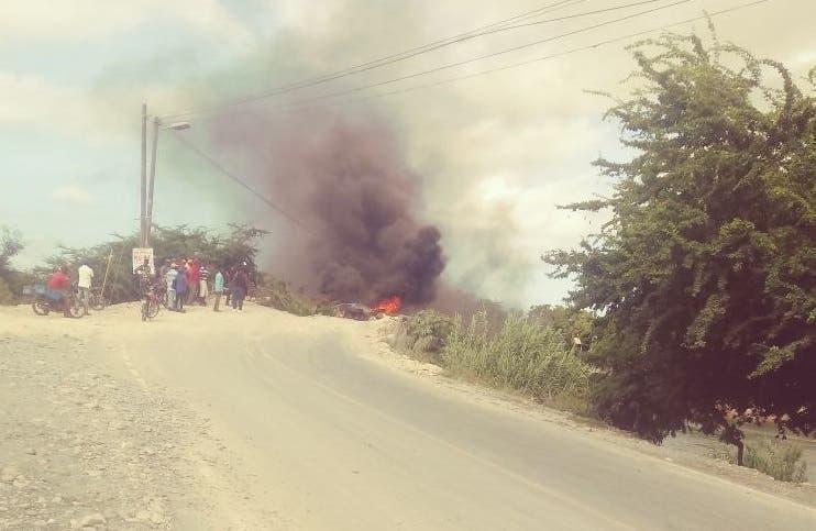 Residentes en Don Gregorio quemaron neumáticos para llamar la atención de las autoridades. Foto: fuente externa.