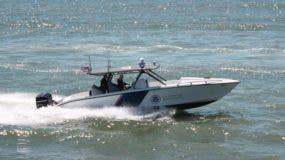 Los agentes del CBP realizaron varios disparos de advertencia, pero el capitán de la nave sospechosa no se detuvo.
