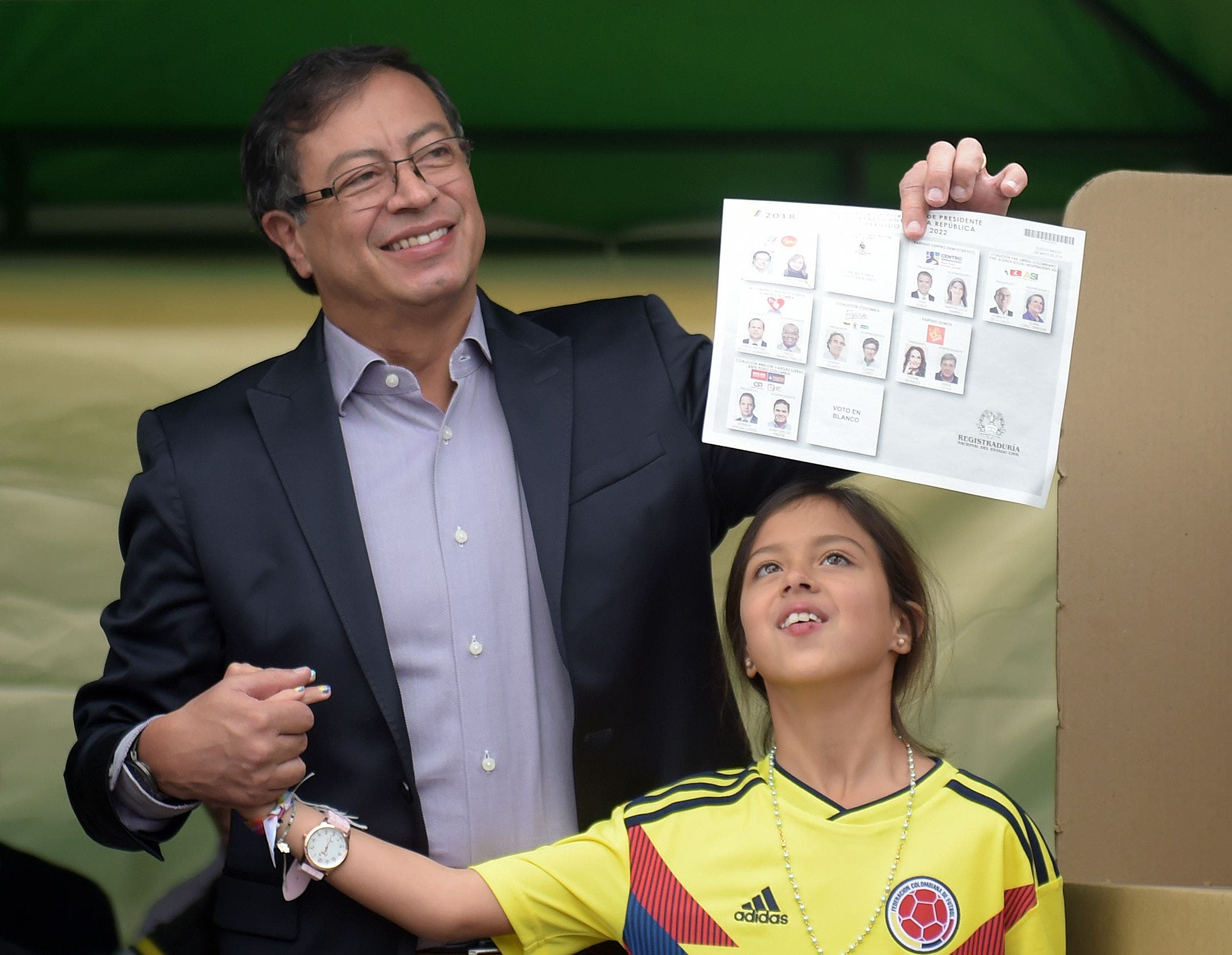 El candidato presidencial colombiano, Gustavo Petro, recibió  hoy el apoyo de los congresistas de Alianza Verde, que obtuvo el 23.73% de los votos.