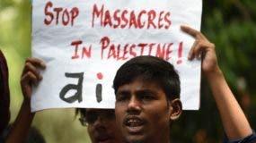 Estudiantes lanzan consignas contra Estados Unidos e Israel durante una manifestación en Nueva Delhi, India, contra la masacre de decenas de palestinos a manos del soldados israelíes.