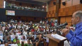 El sindicalista Rafael -Pepe- Abreu habla ante cientos de trabajadores en el acto con motivo del Primero de Mayo. Foto: Ana Mármol/El Día.