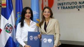 Claudia Franchesca De los Santos, Directora ejecutiva del INTRANT, y Alma Morales Salinas, representante en el país de la OPS.