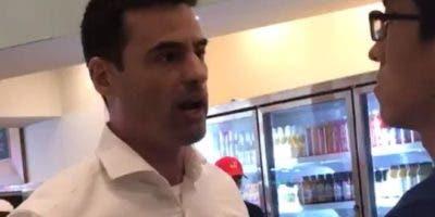 El abogado Aaron Schlossberg, amenazó a trabajadores de un restaurante por hablar en español.