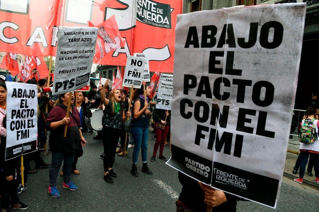 Militantes de izquierda durante una manifestación contra las negociaciones con el Fondo Monetario Internacionlal (FMI) frente al Congreso Nacional, en Buenos Aires, Argentina.