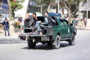 Equipo de seguridad afgana trasladan a una de las víctimas del atentado en Kabul.