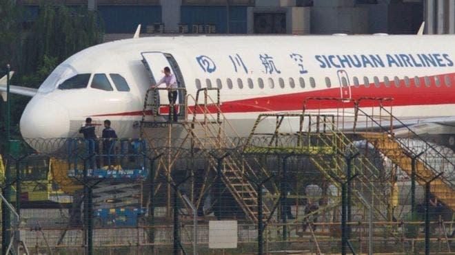 El avión perdió toda una ventana lateral del lado del copiloto, que fue succionado.