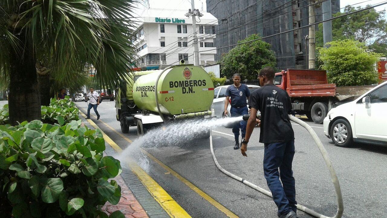 Miembros del Cuerpo de Bomberos de Santo Domingo, durante el operativo de limpieza en la avenida Abraham Lincoln. Foto: fuente externa.