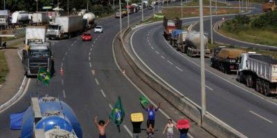 Numerosos camioneros en huelga nacional bloquean una carretera en una zona de Brasilia, Brasil, el viernes 25 de mayo de 2018. (AP Foto/Eraldo Peres)