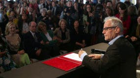 El director del Festival de Cannes Thierry Fremaux firma el 50/50 2020 Gender Equality Pledge durante el 71 ° festival internacional de cine, Cannes, sur de Francia, el lunes 14 de mayo de 2018. AP