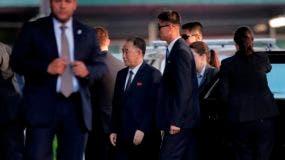 Kim Yong Chol, centro, ex jefe de inteligencia militar de Corea del Norte y uno de los colaboradores más cercanos de Kim Jong Un, llega a cenar con el Secretario de Estado de los Estados Unidos, Mike Pompeo. AP
