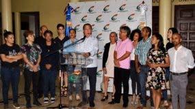 Eduardo Selman hizo el anuncio acompañado de los integrantes y los directores de las compañías artísticas que estaban en huelga.