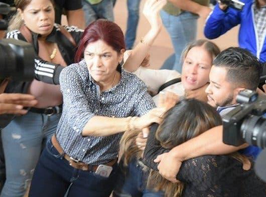 Arrestan a 3 familiares de imputado que golpearon a periodista Deyanira López cuando cubría audiencia