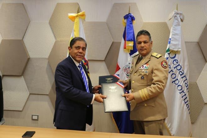 La información la ofreció el director del Departamento Aeroportuario Marino Collante Gómez, luego de la  entrega de los modernos aparatos al Ministro de Defensa Rubén Darío Paulino Sem.