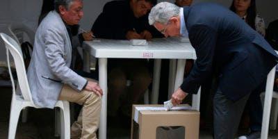 El ex presidente colombiano (2002-2010) y actual senador Álvaro Uribe ejerce su voto en una mesa electoral en Bogotá durante las elecciones presidenciales en Colombia el 27 de mayo de 2018. / AFP