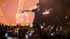 Enrique Iglesias durante su concierto en Tel Aviv, Israel, el domingo 27 de mayo de 2018. (Foto AP/Ariel Schalit)
