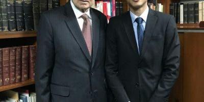 El ex vicepresidente de la República, Rafael Alburquerque, y el director de la DGJP, German Nova, durante una reunión de trabajo.