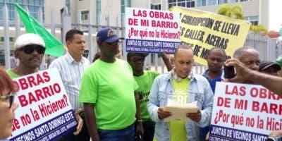 Parte de los dirigentes comunitarios durante la concentración frente al edificio que aloja  las oficinas de la alcaldía de Santo Domingo Este.