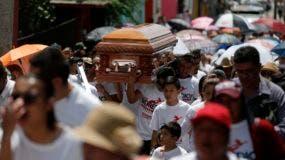 Cientos de personas acudieron al funeral de Jose Remedios Aguirre, un candidato a alcalde asesinado el 11 de mayo.