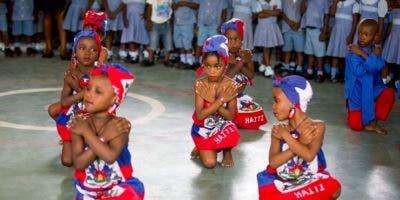 Niños bailan para la Reina Letizia de España en la escuela administrada por las Hermanas de la Caridad de San Vicente de Paul en la barriada Cite Soleil de Puerto Príncipe, Haití, el miércoles 23 de mayo de 2018. AP
