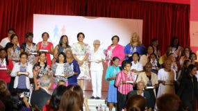 La primera dama Cándida Montilla junto a las 32 mujeres reconocidas.
