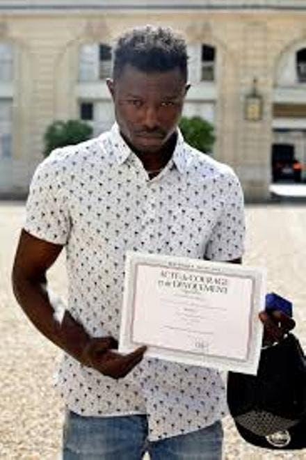 Gassama firmó un contrato para colaborar durante diez meses en la brigada de bomberos de París