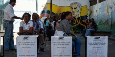 La gente hace cola en un colegio electoral para emitir su voto durante las elecciones presidenciales de Venezuela,