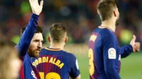 El delantero argentino Lionel Messi de Barcelona aguarda al final del partido de fútbol de la liga española entre el FC Barcelona y el Real Madrid CF en el estadio Camp Nou de Barcelona el 6 de mayo de 2018. / AFP