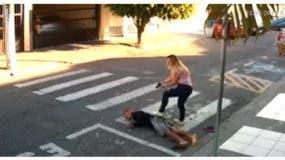 La mujer, que estaba en el grupo, sacó su arma y le hizo tres disparos al agresor.