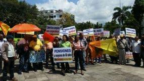 Dirigentes y militantes del MPT se manifestaron frente al Palacio Nacional  en demanda de que sea modificada la Ley de Seguridad Social.