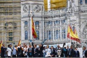 Los jugadores del Real Madrid celebran en la plaza Cibeles de Madrid el 27 de mayo de 2018 después de que el Real Madrid ganara su tercer título de la Liga de Campeones en fila en Kiev. / AFP