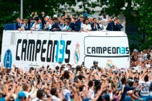 Los jugadores del Real Madrid celebran en un autobús al aire libre en la plaza Cibeles de Madrid el 27 de mayo de 2018 después de ganar su tercer título de la Liga de Campeones en fila en Kiev. / AFP