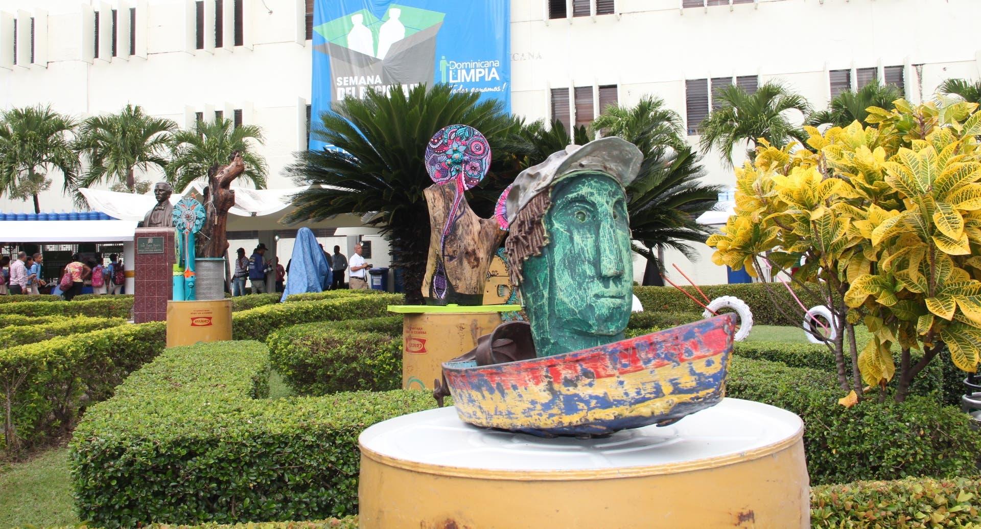Productos de materiales reciclados son exhibidos en feria en sede de la Liga Municipal