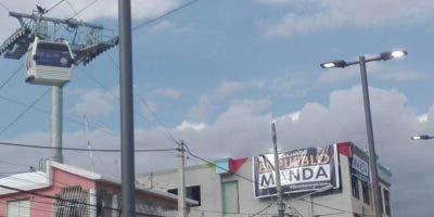 """Nótese la propaganda reeleccionista en este letrero que dice """"Siga trabajando que pueblo manda""""."""
