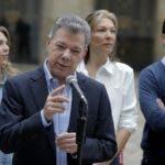 El presidente colombiano, Juan Manuel Santos, acompañado por su hija María Antonia (L), su esposa María Clemencia (2-R) y su hijo Esteban, habla con la prensa después de emitir su voto en un colegio electoral en Bogotá durante las elecciones presidenciales en Colombia 27 de mayo de 2018. / AFP