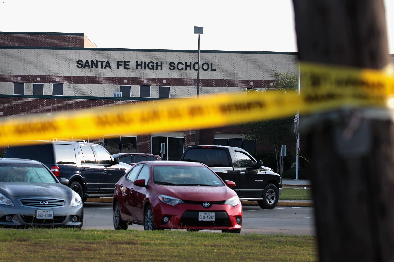 La cinta de la escena del crimen se estira en el frente de la High School secundaria de Santa Fe el 19 de mayo de 2018 en Santa Fe, Tejas. AFP