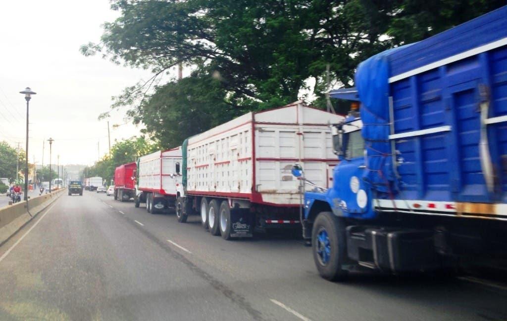 Transportistas de carga evalúan aumentar tarifas tras alzas consecutivas de combustibles y del dólar
