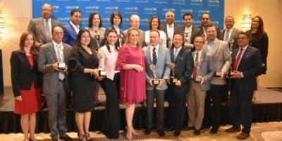La representante de Unicef  en el país, Rosa Elcarte, junto a las personalidades y representantes de medios de comunicación  reconocidos.