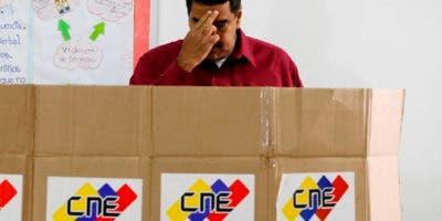 Maduro votó en un liceo del oeste de Caracas.