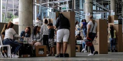 Las mujeres votan en un colegio electoral en Medellín, departamento de Antioquia, durante la primera vuelta de las elecciones presidenciales en Colombia el 27 de mayo de 2018.