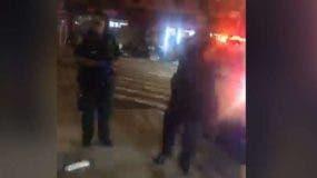 Los dos policías no se movieron