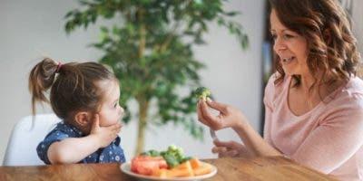 Si comes medio brócoli y le das la otra mitad a tu hijo o hija tendrás mejores chances de que lo coma.
