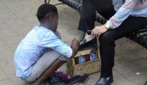 El parque Enriquillo es un foco menores de haitianos  lustrando zapatos .  JOSE DE LEÓN