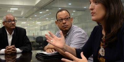 Tomás Polanco, Marlon Herrera y Virginia Saiz durante una visita a la redacción José de León