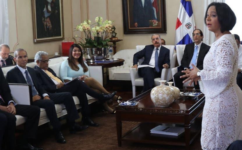 El presidente Medina reunido con funcionarios.  fuente externa