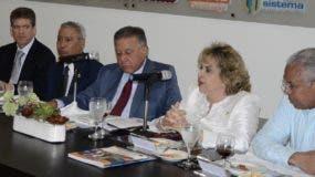 Representantes de las diferentes instituciones mientras detallan sobre la encuesta de inmigrantes en el almuerzo.  josé de león.