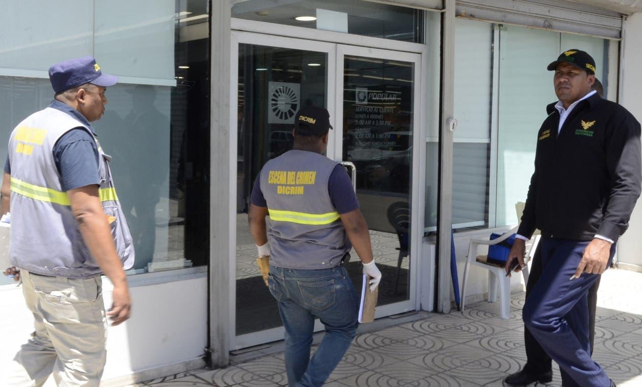 La sucursal asaltada está ubicada en el  en el  centro comercial Híper Uno del ensanche Isabelita, en Santo Domingo Este.