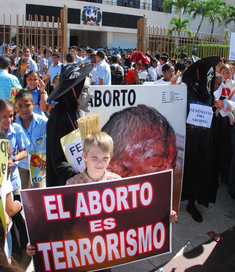 Monseñor Víctor Masalles y el experto español Benigno Blanco piden rechazar aborto